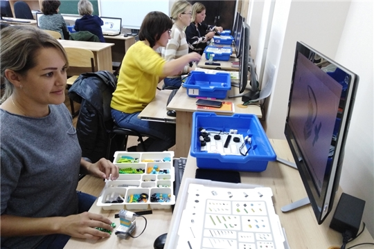 Воспитатели на курсах по робототехнике