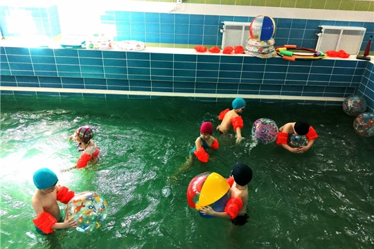 Юные чебоксарцы учатся плавать.