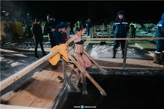 В Чебоксарах в крещенских купаниях приняли участие около 4 тысяч человек