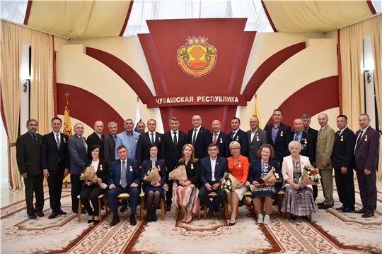 Олег Николаев наградил представителей сферы физической культуры и спорта памятными медалями в честь 100-летия Чувашской автономии