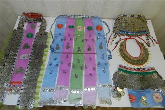 В Карабашской сельской библиотеке оформлена выставка чувашский национальных украшений «Черты самобытности народа»