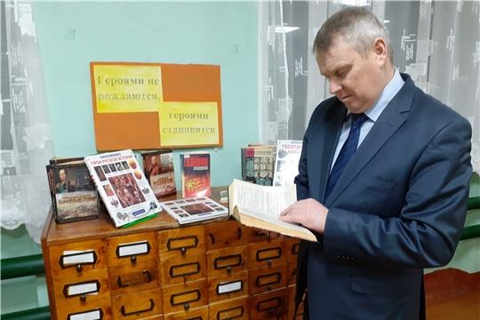 Обзор у книжной выставки «Героями не рождаются, героями становятся» прошел в Октябрьской сельской библиотеке