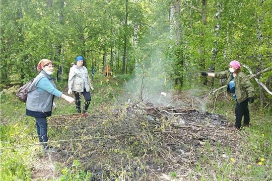 Библиотекари Аксаринского сельского поселения приняли активное участие в благоустройстве кладбища