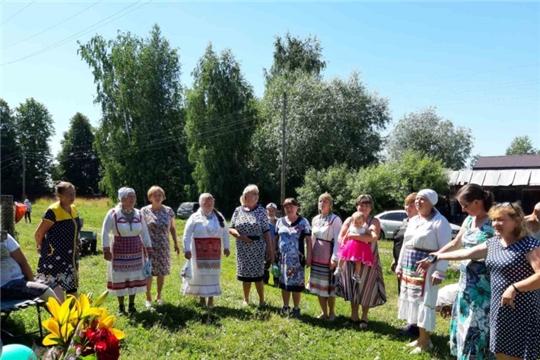 Коллектив «Сентреш», функционирующей при Эльбарусовской сельской библиотеке принял участие в поздравлении с 90-летним юбилеем