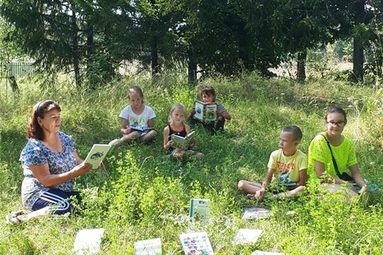 В Аксаринской сельской библиотеке прошёл час громких чтений «На читающей полянке»