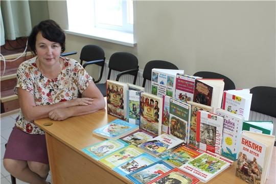 Библиотекарь Сутчевской библиотеки выражает благодарность главе Сутчевского сельского поселения за подаренные книги