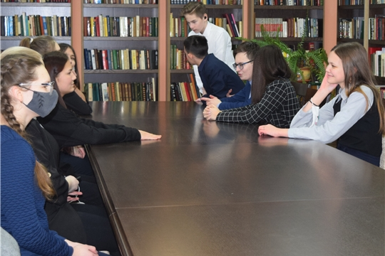 Библиотечный круиз по обновленным залам модернизированной библиотеки совершили учащиеся 9 класса МБОУ «Гимназия №1»