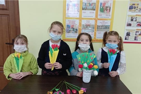 В Сотниковской сельской библиотеке с участниками кружка «Домашний очаг» был проведен мастер -  класс «Букет для мамы»