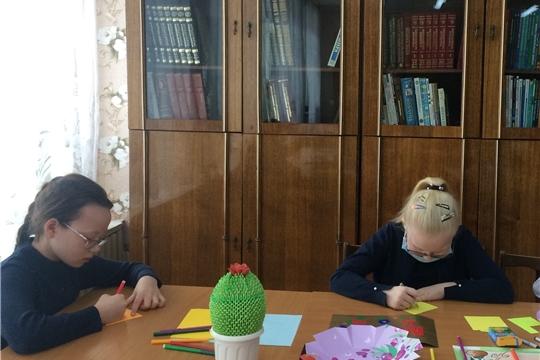 В городской библиотеке семейного чтения функционирует выставка-подарок под названием «Цветы маме своими руками»