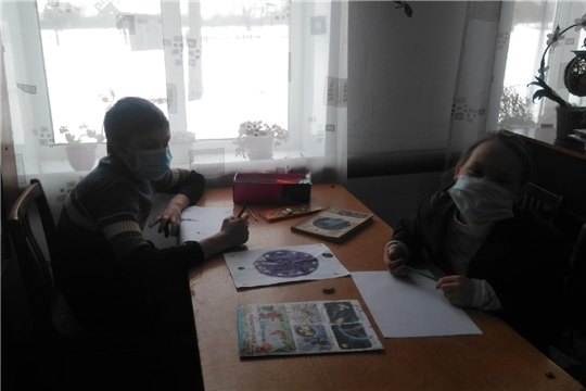 В Сятракасинской сельской библиотеке творческий час с членами кружка «Умелые ручки»