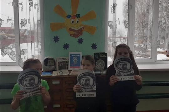 В Октябрьской сельской библиотеке прошла беседа у выставки «Гагарин»
