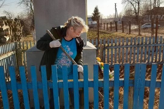Культорганизатор Тинсаринского СК 20 апреля провела субботник по уборке территории памятника воинам-землякам