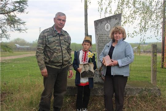 Работники Сюндюковской сельской библиотеки и Дома культуры организовали возложение живых цветов к памятнику Арсена Орлова-поэта- фронтовика