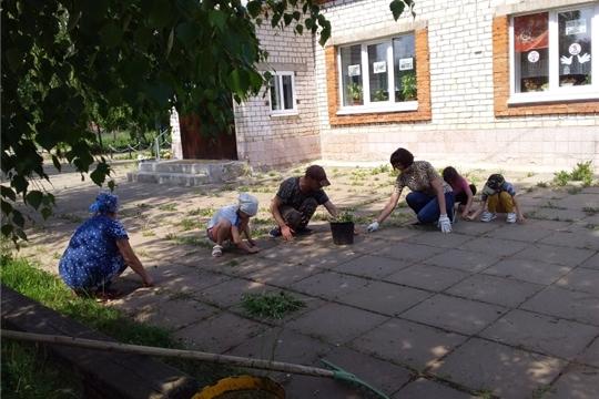 29 мая в целях наведения санитарного порядка и повышения уровня благоустройства территории сотрудники культуры навели порядок вокруг Малокамаевского сельского клуба.