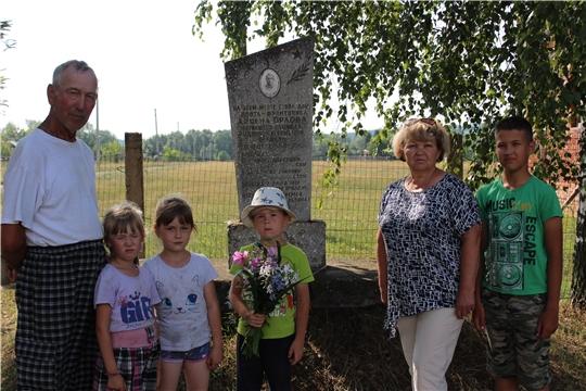 Возложение цветов к памятнику Арсена Орлова