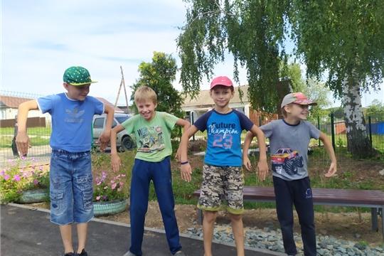 Работники культуры Большешигаевского Дома культуры провели для детей игровую программу под названием «Весёлые вытворяшки».