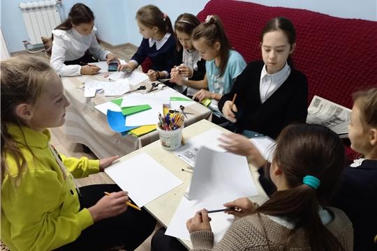 В рамках всероссийской акции «Культурная суббота» кружок в Октябрьском ЦСДК «Фантазеры» разбился на команды, что бы создать картину « Времена года».