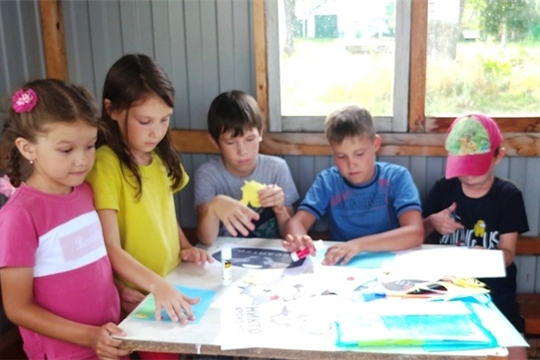Работники Тораевского СДК провели мастер-класс по изготовлению поздравительных открыток ко Дню ВДВ