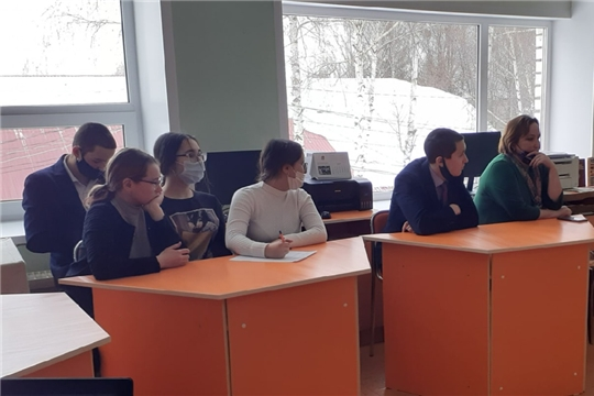 В Межпоселенческой центральной библиотеке работники отдела обслуживания провели патриотический час «Героическая батарея Флерова»