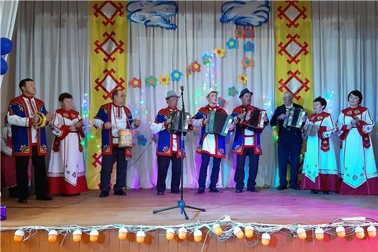 На сцене - участники самодеятельного народного творчества Питеркинского сельского поселения