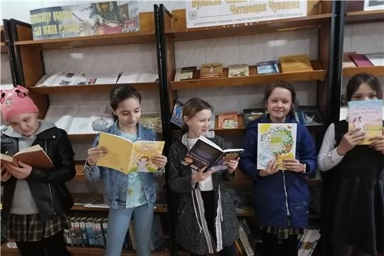 В Атнарской сельской библиотеке провели обзор книжной выставки «Вулакан Чăваш Ен. Читающая Чувашия»