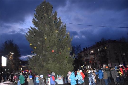 В Шумерле зажгли огни на главной елке города